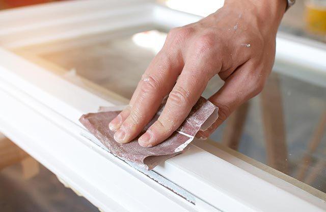 Lijar antes de pintar un mueble de madera.