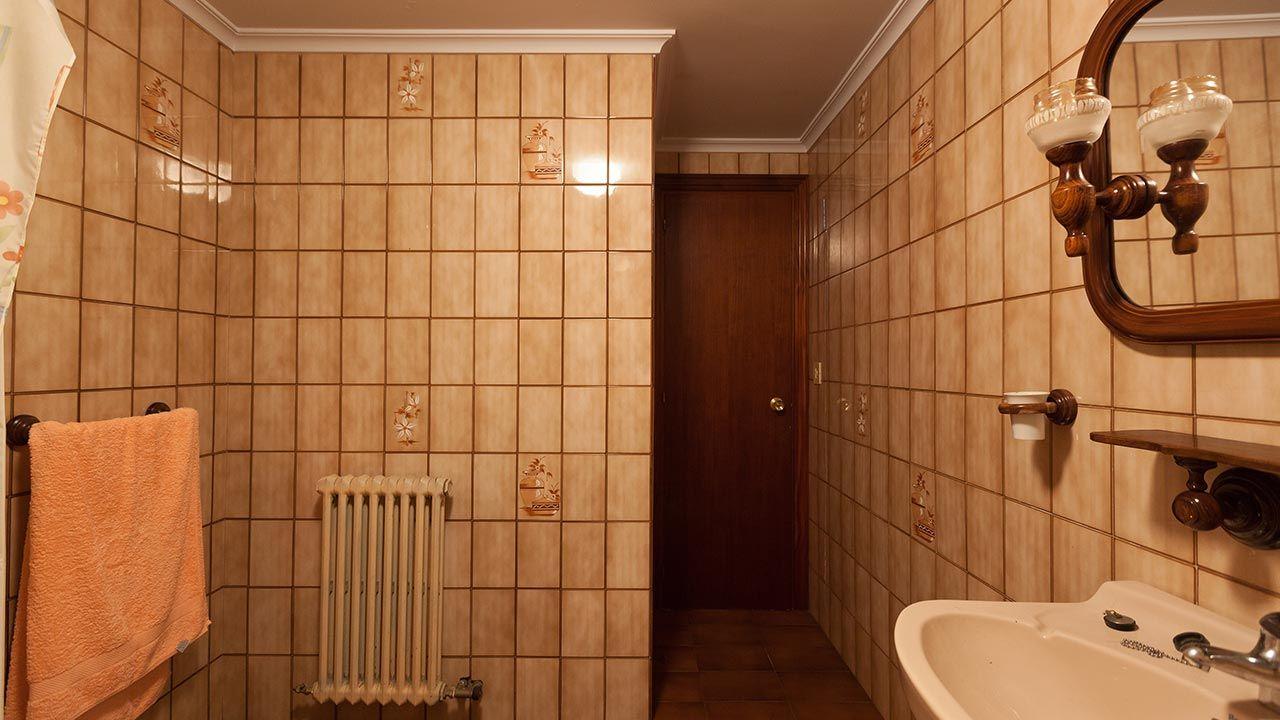 Decorar baño SIN OBRA en blanco y madera