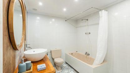 Decorar baño sin obra en blanco y madera - Decogarden