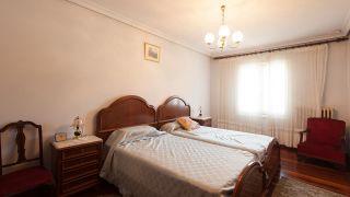 Dormitorio de estilo retro y elegante en casa rural - Antes