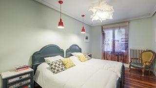Dormitorio de estilo retro y elegante en casa rural