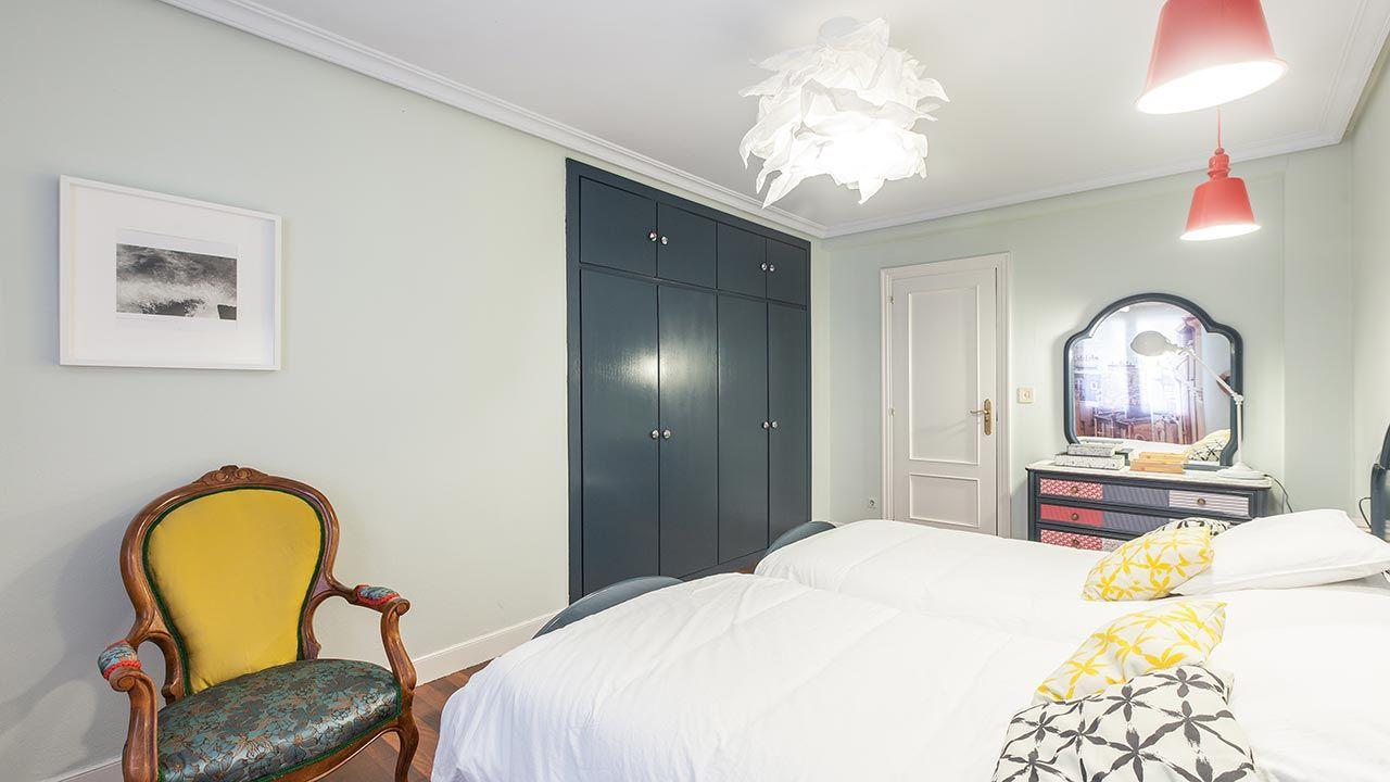 Pintar el armario empotrado de gris oscuro para una estancia elegante