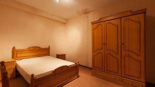 Dormitorio verde con decoración musical sin obra antes