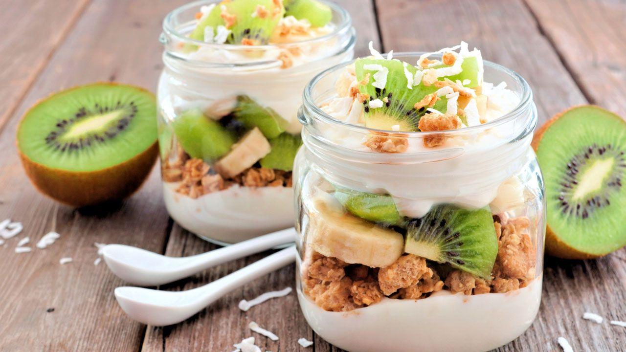 Granola con yogur, kiwi y plátano.