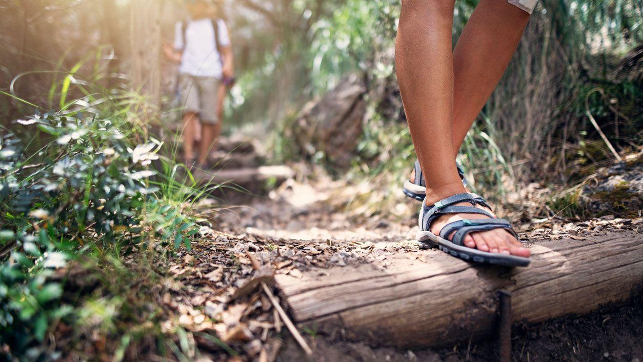 Cómo quitar el mal olor de las sandalias