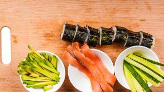 Maki de salmón, aguacate y pepino - Paso 1
