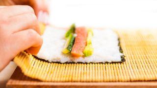 Maki de salmón, aguacate y pepino - Paso 3