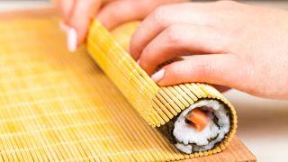 Maki de salmón, aguacate y pepino - Paso 4