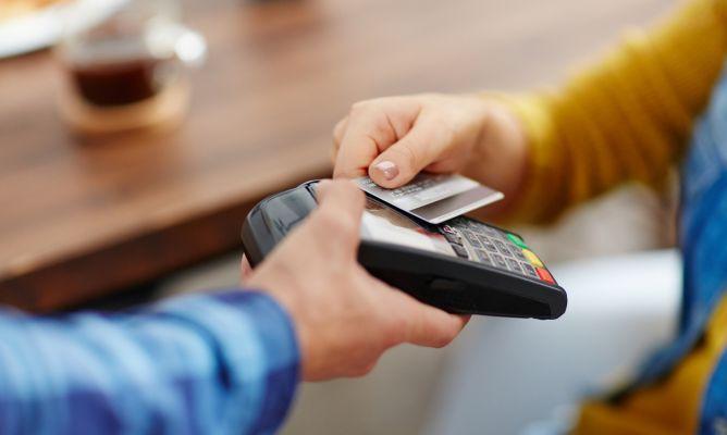 ¿Cómo puedo pagar con tarjeta y sacar dinero en el extranjero sin pagar comisiones?