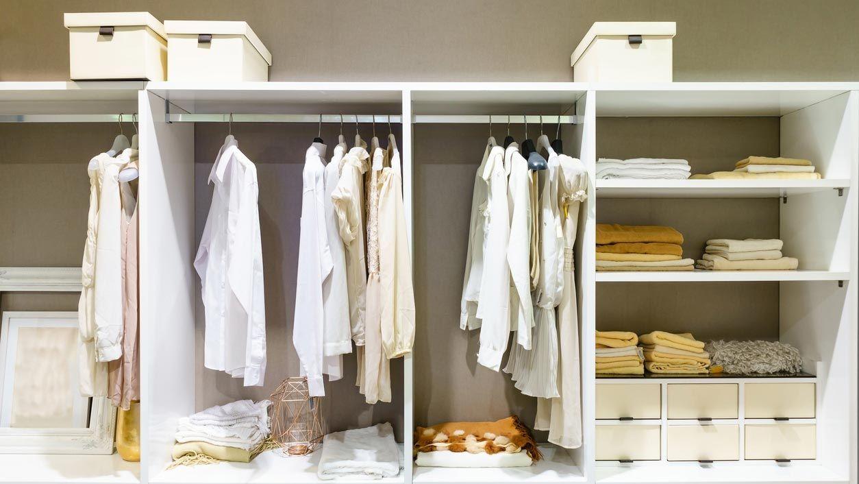 Utiliza cestas para mantener tu vestidor ordenado.