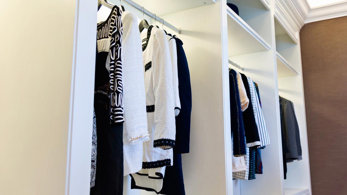 Organiza tu vestidor por tipo de ropa y colores