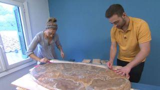 Cómo hacer una encimera de palés pintados para una antigua mesa de salón paso 2