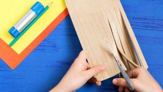 Cómo hacer un árbol de cartón paso 1