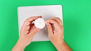 Cómo hacer una oveja con bastoncillos de algodón paso 3