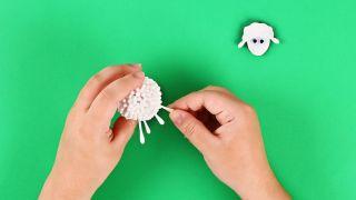Cómo hacer una oveja con bastoncillos de algodón paso 5