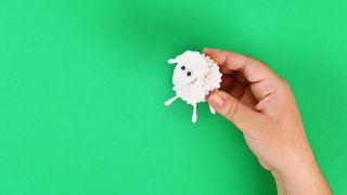 Cómo hacer una oveja con bastoncillos de algodón paso 6