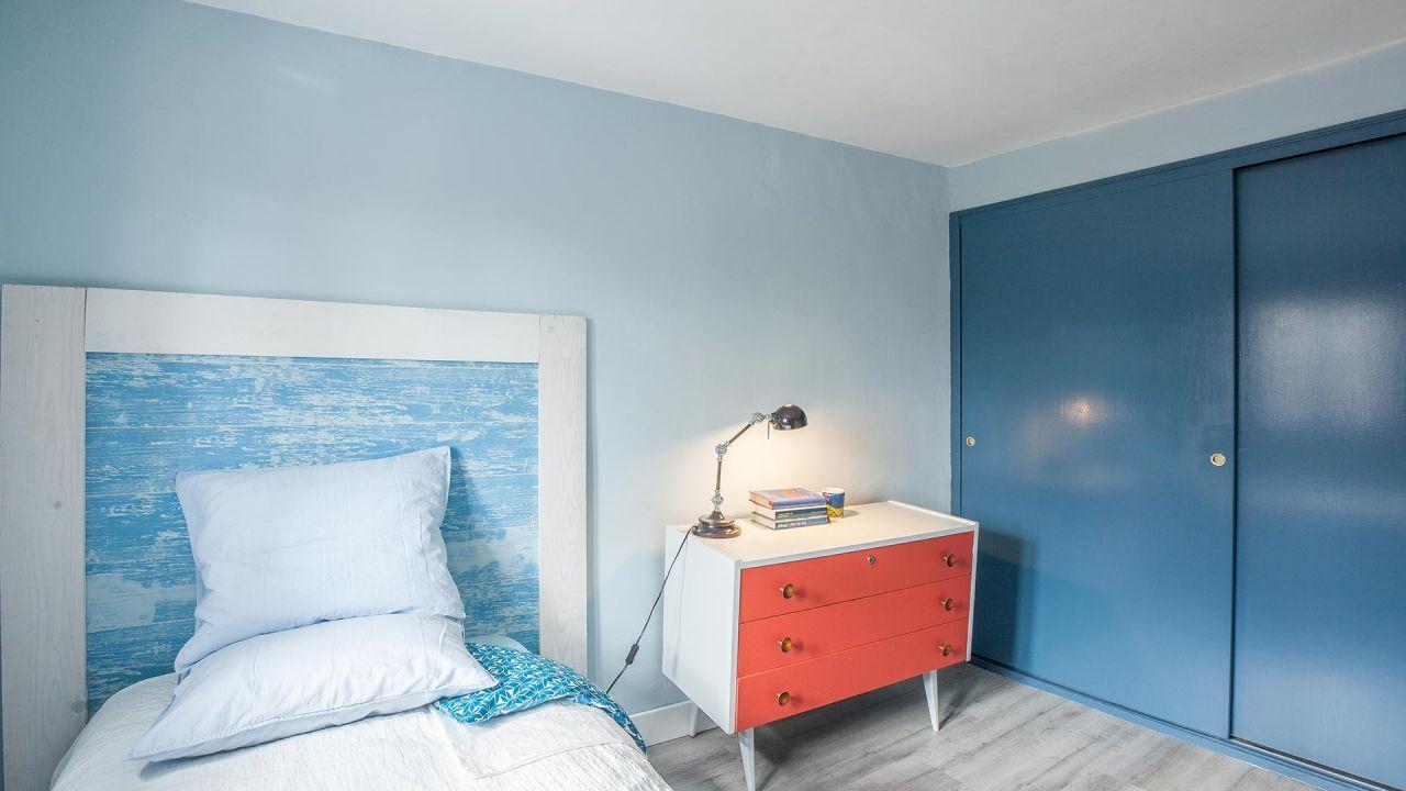 Pintar armario empotrado de azul para crear armonía y paz.