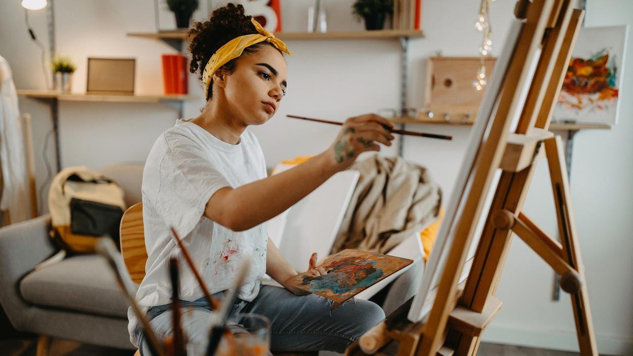 Amarillo y naranja para decorar taller de pintura en casa