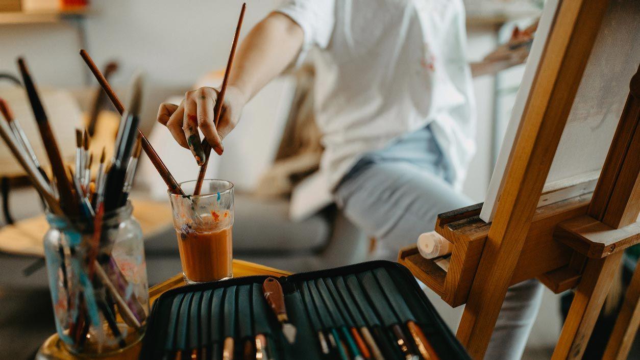 Decora tu taller de pintura con tus materiales y dibujos