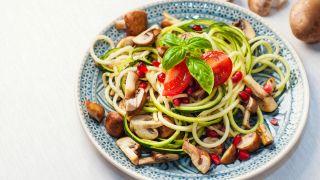 Ensalada de espaguetis de calabacín con setas, tomate y granada.
