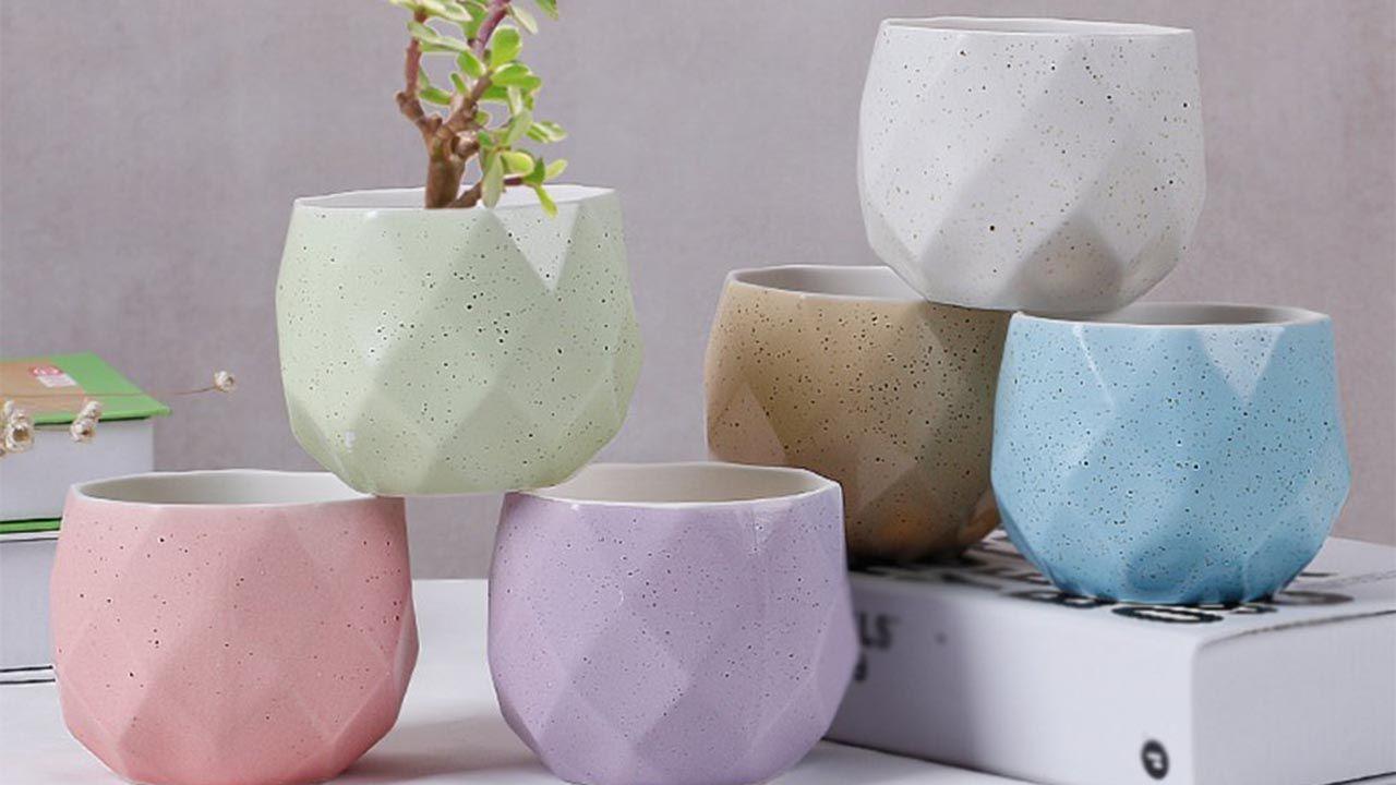 Maceteros de cerámica de diferentes colores pastel