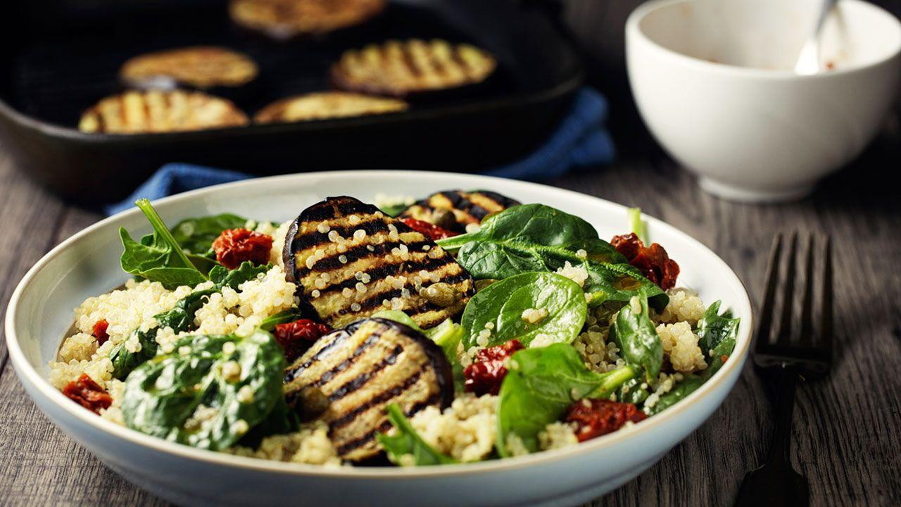 Ensalada de quinoa con espinacas y berenjena.