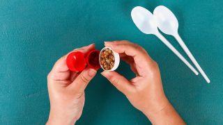 Cómo hacer unas maracas reciclando cucharas paso 1