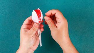 Cómo hacer unas maracas reciclando cucharas paso 2