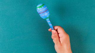Cómo hacer unas maracas reciclando cucharas paso 4