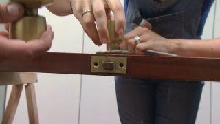 Cómo hacer un cabecero con una antigua puerta y una alfombra vinílica paso 1