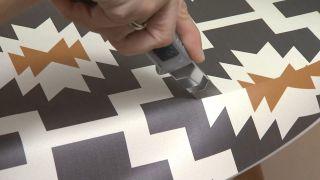Cómo hacer un cabecero con una antigua puerta y una alfombra vinílica paso 4