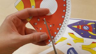 Cómo hacer un cohete de papel paso 1