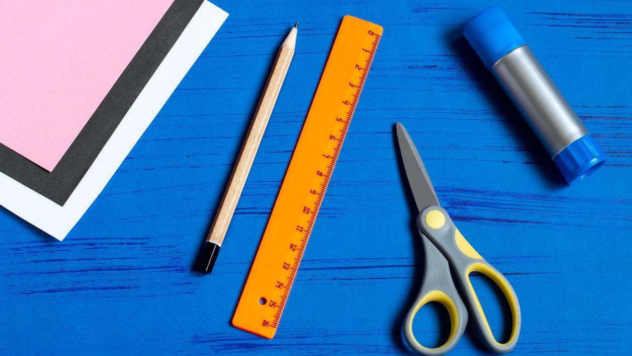 Materiales necesarios para hacer un sobre con forma de conejito