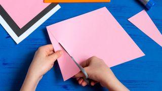 Cómo hacer un sobre con forma de conejito paso 2