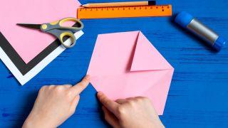 Cómo hacer un sobre con forma de conejito paso 3