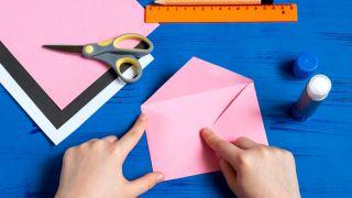 Cómo hacer un sobre con forma de conejito paso 4