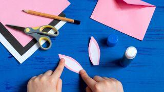 Cómo hacer un sobre con forma de conejito paso 5