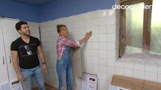 Revestir la pared de la cocina con losetas decorativas antes