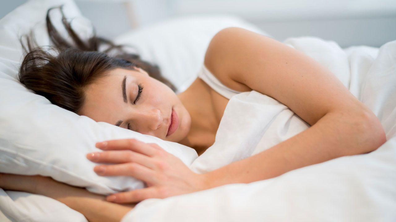 Alimentos como el tomate, las cerezas, el arroz, los plátanos, las nueces o los cereales ayudan a dormir mejor.