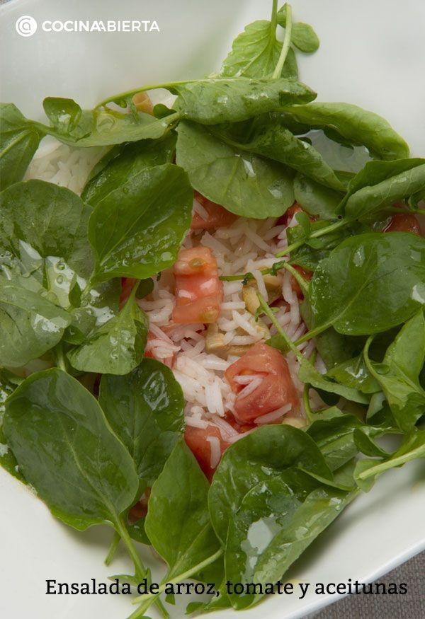 Ensalada de arroz, tomate y aceitunas