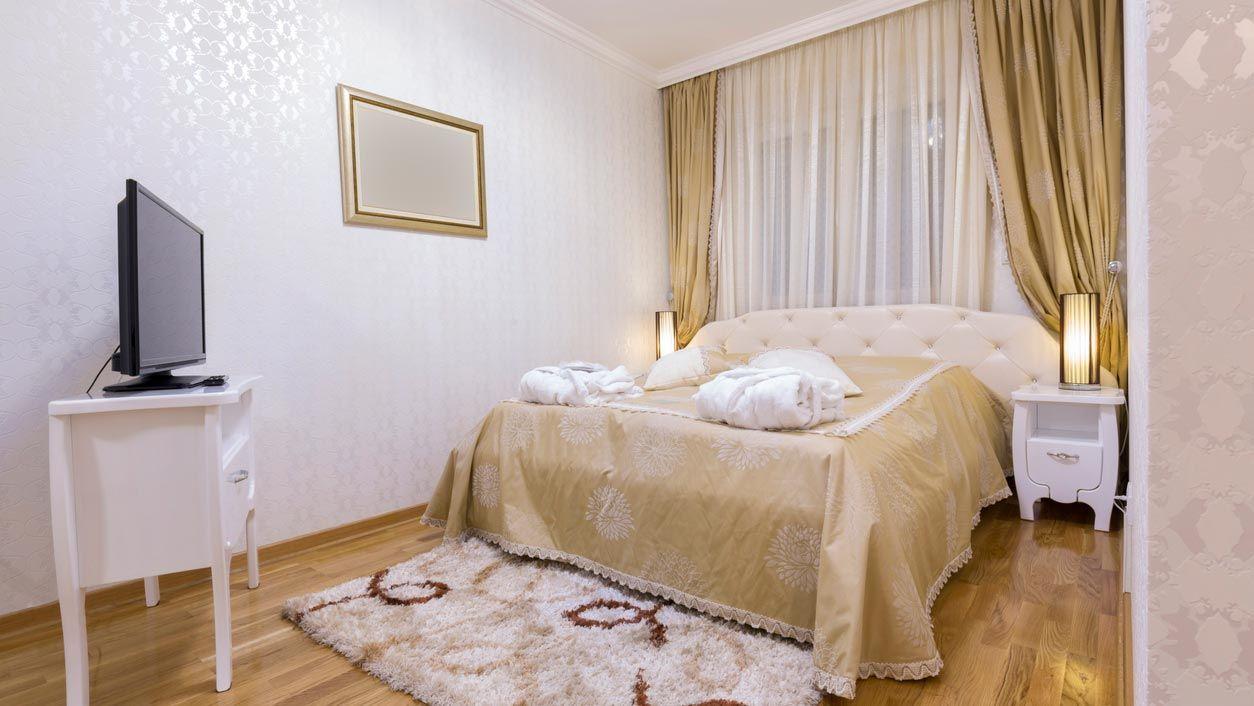 Cortinas largas y alfombras muy gruesas en dormitorios pequeños