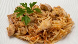Fideos con verduras y pollo