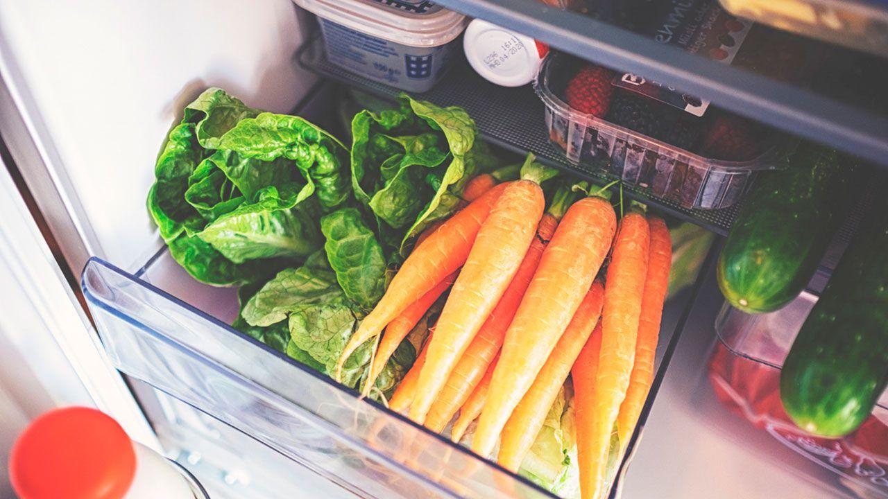 Los alimentos crudos, como las verduras, deben ir en el cajones inferiores de la nevera.