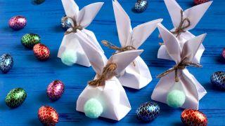 Transforma una bolsa de papel en un conejito paso 5