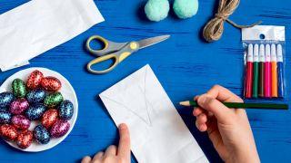 Transforma una bolsa de papel en un conejito paso 1