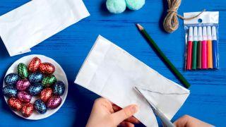 Transforma una bolsa de papel en un conejito paso 2