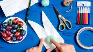 Transforma una bolsa de papel en un conejito paso 3