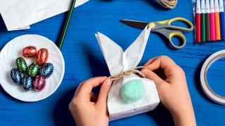 Transforma una bolsa de papel en un conejito paso 4