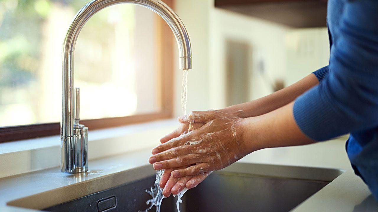 Lavarse las manos.