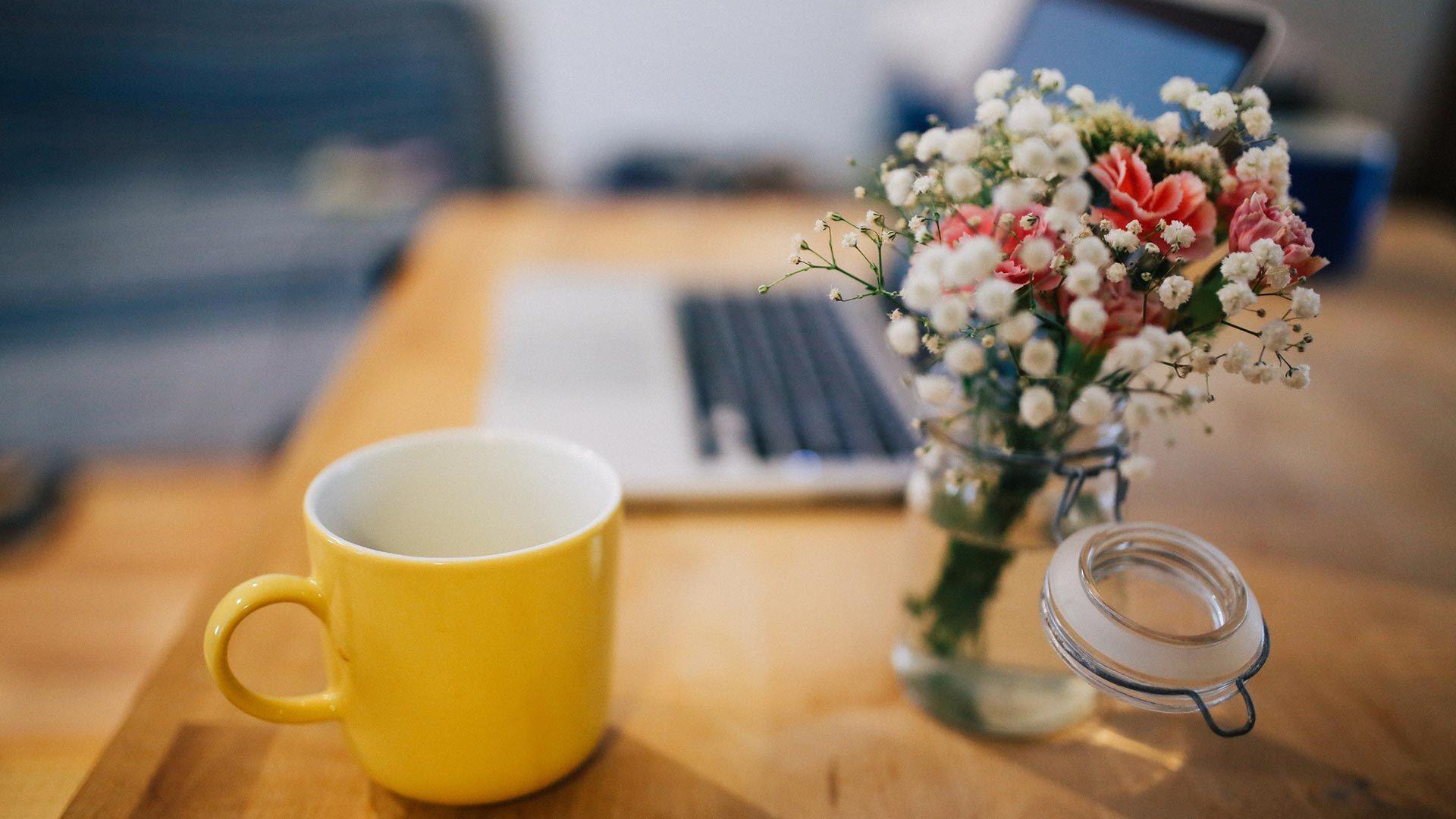 Ramos de flores en la oficina
